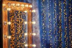 Make-upplatz in der Umkleidekabine mit Spiegel und Glühlampen Lizenzfreies Stockfoto