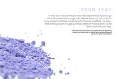 Make-uppulver mit dem Text lokalisiert auf weißem Hintergrund Flieger-, Fahnen- oder Katalogseitenkonzept Stockbild