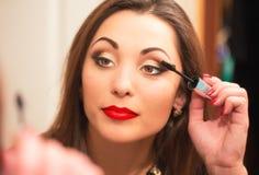 Make-uproutine van mooie jonge vrouw Royalty-vrije Stock Foto's