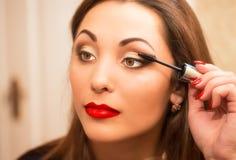 Make-uproutine van mooie jonge vrouw Royalty-vrije Stock Foto