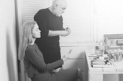 Make-upschool Visagisteman die borstel voor de make-up van het vrouwengezicht voorbereiden stock foto