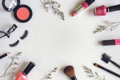 Make-upschoonheidsmiddelen en borstels Stock Foto