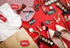 Make-upschoonheidsmiddelen met verkoopmarkeringen Stock Afbeelding
