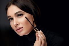 Make-upschoonheidsmiddelen Vrouw met Schoonheidsgezicht die Zwarte Mascara toepassen royalty-vrije stock afbeeldingen