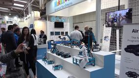 Makeblocks Chinees bedrijf met robots op tentoonstelling CeBIT 2017 in Hanover Messe, Duitsland stock footage