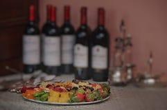 Makedonien på bakgrund för rött vinflaskor Arkivfoto