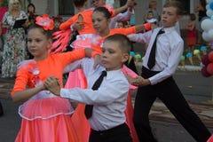 Makeevka,乌克兰- 2018年8月25日:孩子在城市的街道上跳舞在庆祝 免版税库存图片
