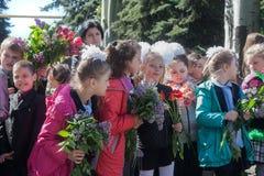 Makeevka,乌克兰- 2014年5月, 7日:孩子祝贺退伍军人 免版税库存图片