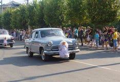 Makeevka, de Oekraïne - Augustus 25, 2012: Retro auto's die een huwelijk afschilderen Stock Afbeeldingen
