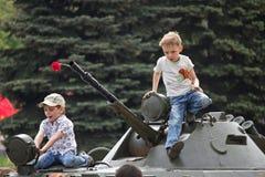 Makeevka, de Oekraïne - Mei, 9, 2012: Kinderen op een pantserwagen Royalty-vrije Stock Afbeeldingen