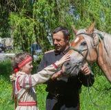 Makeevka, de Oekraïne - Mei, 7, 2014: Mannetje cossack en een meisje in nationaal Stock Foto