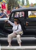 Makeevka, de Oekraïne - Mei, 9, 2012: Vrouw in GLB van het algemeen dichtbij Stock Foto