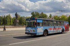 Makeevka, Ucrânia - 24 de agosto de 2017: Ônibus bonde em Lenin Stree Fotografia de Stock