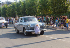 Makeevka, Ucrânia - 25 de agosto de 2012: Carros retros que descrevem um casamento Imagens de Stock