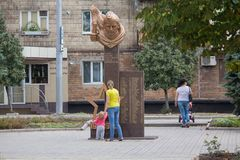 Makeevka, Ucrânia - 24 de agosto de 2017: Residentes da cidade perto do monumento aos soldados do exército vermelho que morreu no Fotos de Stock