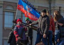 Makeevka, Ucrânia - fevereiro, 22, 2015: O menino é fotografado imagens de stock royalty free