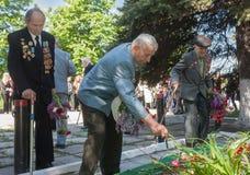 Makeevka, Ucraina - maggio, 7, 2014: I veterani della seconda guerra mondiale hanno posto il flo Fotografia Stock