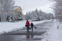 Makeevka, Ucraina - 22 novembre 2017: La gente che cammina sulla via centrale della città Immagine Stock