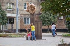 Makeevka, Ucrania - 24 de agosto de 2017: Residentes de la ciudad cerca del monumento a los soldados del ejército rojo que murió  fotos de archivo