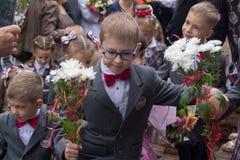 Makeevka, Ucrania - 1 de septiembre de 2017: los Primero-graduadores van a la primera lección en escuela Foto de archivo