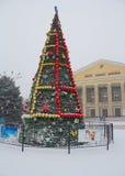 Makeevka, Ucrania - diciembre, 24, 2014: Árbol de navidad en a Imagen de archivo