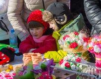 Makeevka, Ucrania - febrero, 22, 2015: Niños el día de fiesta de Shrovetide en república popular de Donetsk Imagenes de archivo
