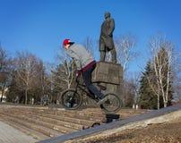 Makeevka, Ucrania - febrero, 22, 2015: Trucos extremos en los vagos Imagen de archivo