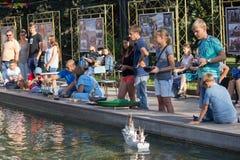 Makeevka Ukraina - Augusti 25, 2018: Barn tar delen i konkurrenser i skepp-modellera sport i springbrunnen för stads` s arkivfoton