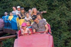 Makeevka Ukraina - Augusti 11, 2016: Folkritten på en gunga i staden parkerar fotografering för bildbyråer