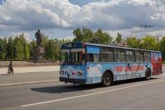 Makeevka Ukraina - Augusti 24, 2017: Trådbuss på Lenin Stree Arkivbild