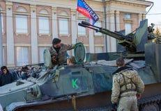 Makeevka Ukraina - Februari, 22, 2015: Tjäna som soldat republiken för arméDonetskaya folk på den centrala fyrkanten arkivbild