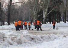 Makeevka Ukraina, Styczeń, - 14, 2016: Oszczędnościowi pracownicy używa łopaty śnieżne Zdjęcia Stock
