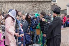 Makeevka, Ukraine - 1. April 2018: Priester führt das Ritual mit den Gemeindemitgliedern zum Widmen der Weide durch Lizenzfreie Stockbilder