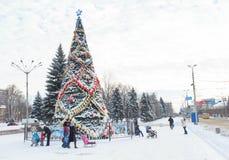 Makeevka, Ukraine - 29. Dezember 2015: Bürger im zentralen Platz nahe dem Weihnachtsbaum Stockbild