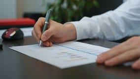 Makelaar Analyzing Business Charts stock videobeelden