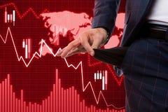Makelaar die lege zak voorstellen als geen geld en economisch crisisconcept royalty-vrije stock afbeeldingen