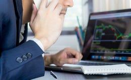 Makelaar die tot telefoongesprek maken aan voorraadhandelaar stock afbeeldingen