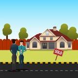 Makelaar in onroerend goed die huissleutels geven aan zijn cliënt voor het verkochte huis Royalty-vrije Stock Afbeelding