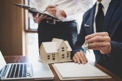 Makelaar in onroerend goed en Afdelingschefteamanalyse de tarifering van huur huurt contract van verkoop inkoopovereenkomst, betr stock afbeelding