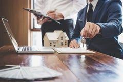 Makelaar in onroerend goed en Afdelingschefteamanalyse de tarifering van huur huurt contract van verkoop inkoopovereenkomst, betr royalty-vrije stock foto's