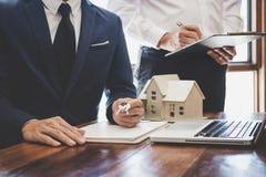 Makelaar in onroerend goed en Afdelingschefteamanalyse de tarifering van huur huurt contract van verkoop inkoopovereenkomst, betr stock foto's