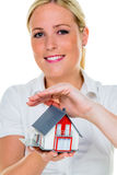 Makelaar in onroerend goed met huis en sleutel Stock Foto