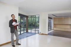 Makelaar in onroerend goed Observing New Property stock foto
