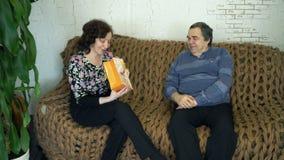 Maken ger hans fru en gåva arkivfilmer