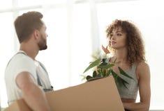 Maken och frun kommer med askar med saker till en ny lägenhet Royaltyfri Foto