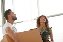 Maken och frun kommer med askar med saker till en ny lägenhet Royaltyfria Foton