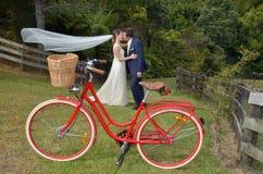 Maken och frun kysser på deras bröllopdag utomhus Fotografering för Bildbyråer