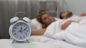 Maken och frun som ligger i säng, brukar middag efter den sömnlösa natten, ferielivsstil royaltyfri foto