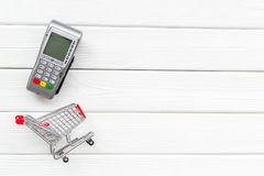 Makend aankoop met kaartmachine en minikarretje op wit houten bureau achtergrond hoogste meningsmodel online stock foto's