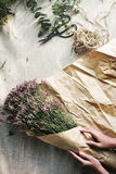 Makend Bloem tot Boeket Bloemengift Huidig Concept royalty-vrije stock afbeeldingen